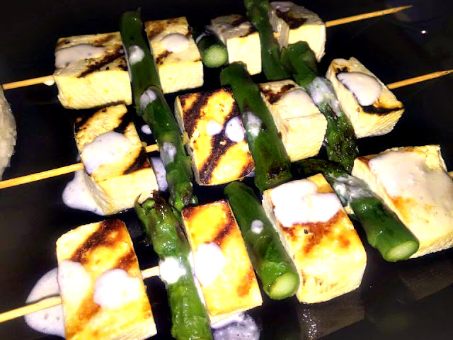 Szaszłyki ze szparagami i serkiem tofu