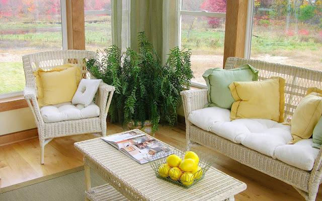 desain ruang keluarga dengan kursi rotan