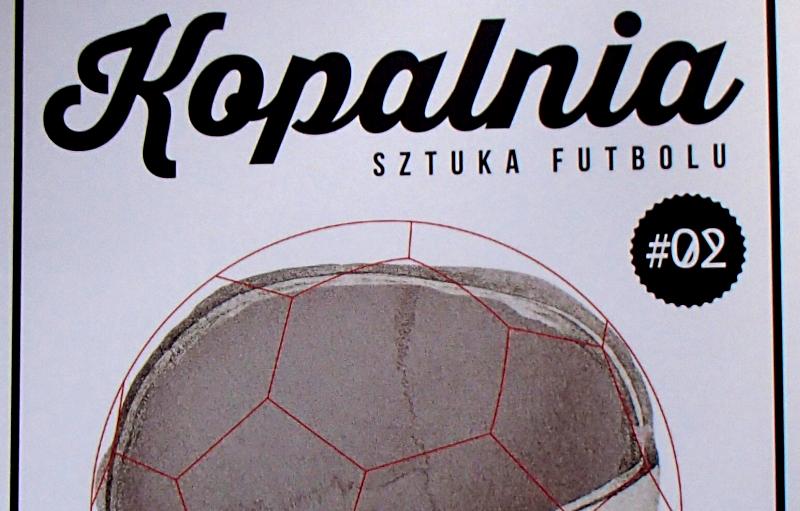 "Fragment okładki 2. numeru czasopisma ""Kopalnia. Sztuka futbolu"" - fot. Tomasz Janus / sportnaukowo.pl"