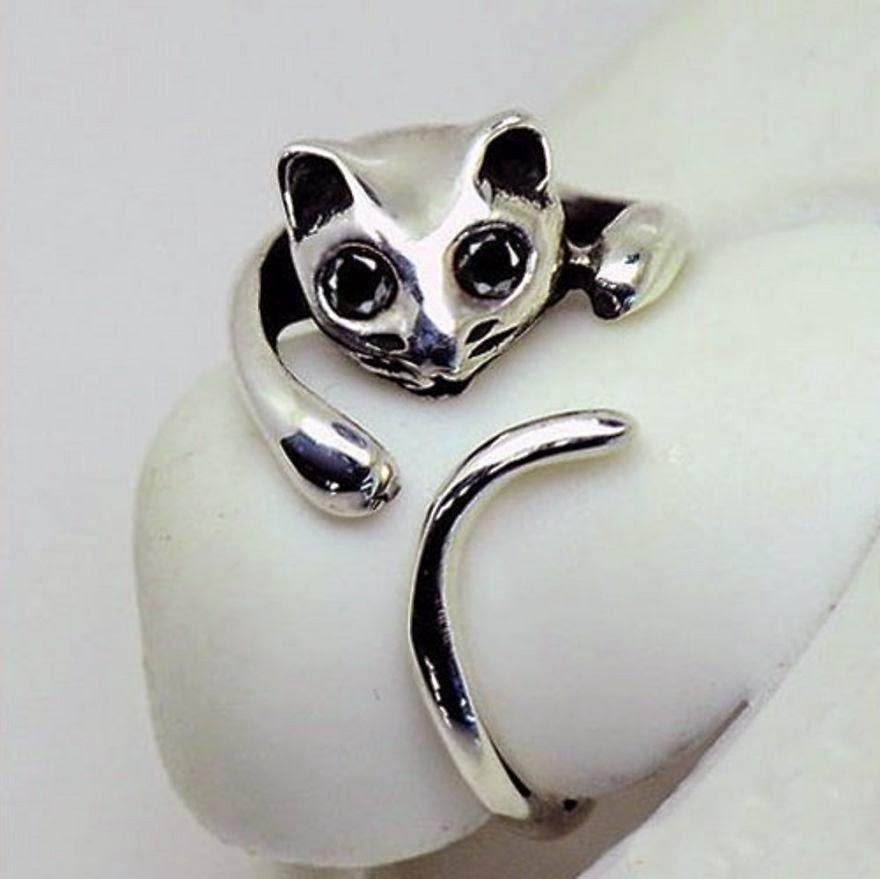 Un bonito anillo de gato que enrolla la cola en el dedo