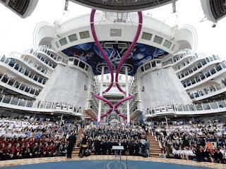 Команда круизного корабля на открытой палубе