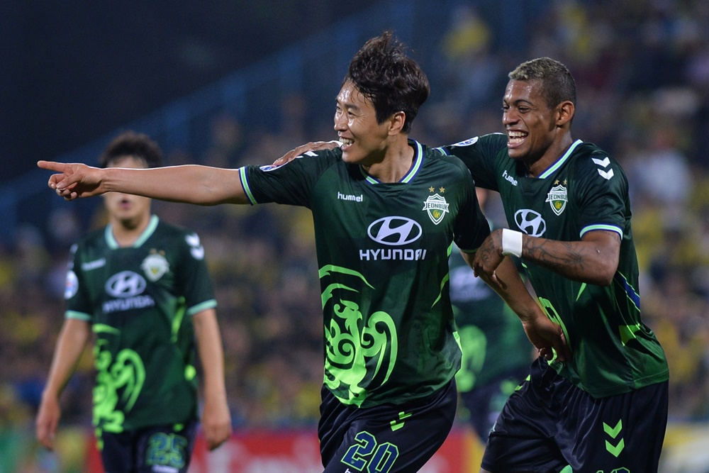 Lee Dong-gook celebrates with Ricardo Lopes after he puts Jeonbuk Hyundai Motors 2-0 up against Kashiwa Reysol in Japan