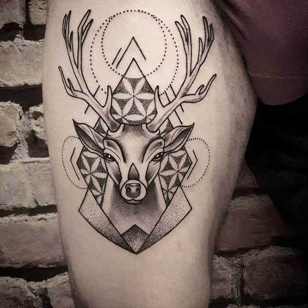 geometrik şekilli geyik dövmesi