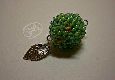 Liściasta kula szydełkowo-koralikowa