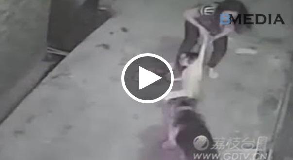 Rakaman CCTV!! Demi Selamatkan Anak, Level Lawan Ibu ni Meningkat Sehingga 100 Kali Ganda Serta Merta!!