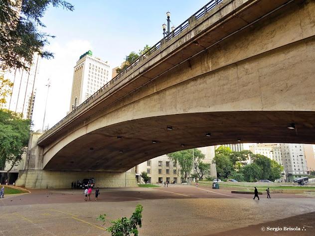 Vista lateral e inferior do Viaduto do Chá - Centro - São Paulo