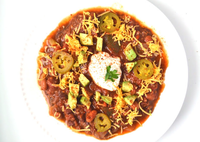 This slow cooker BBQ chili is simple to make and loaded with protein and vegetables for a hearty meal! www.nutritionistreviews.com