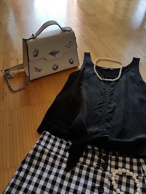 Wie kombiniert man Röcke mit Knopfleiste