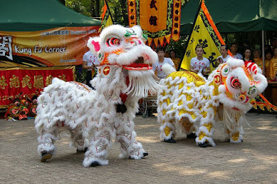 https://commons.wikimedia.org/wiki/File:06834_20091004_lion_dance_Hong_Kong_Kowloon.jpg