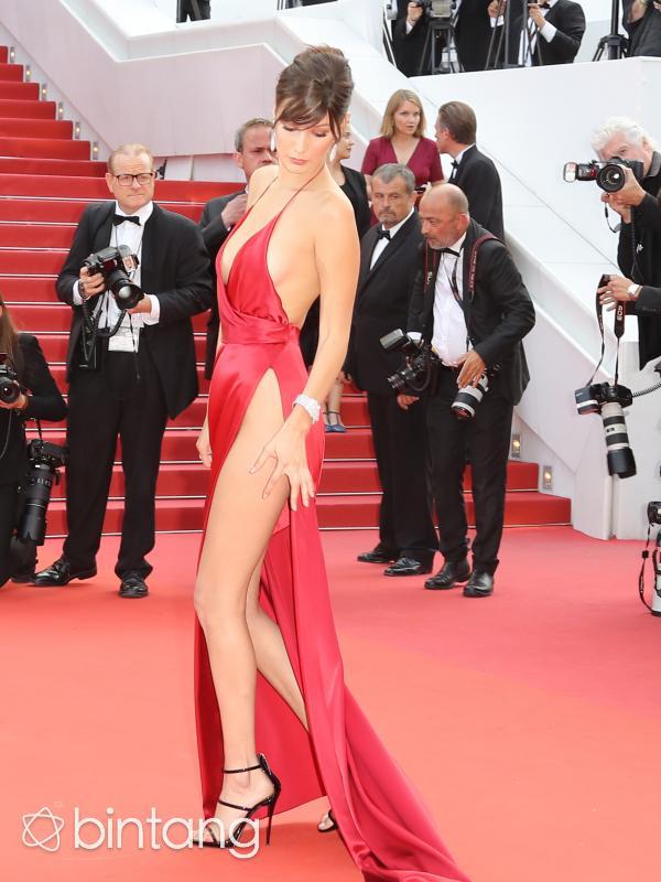 Bella Hadid cantik seksi dengan gaun pamer miss v