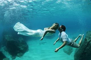 Resultado de imagem para casal romance embaixo da agua