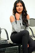 Hebah Patel new dazzling photos-thumbnail-15