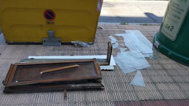 maderas y cristales rotos en la vía pública