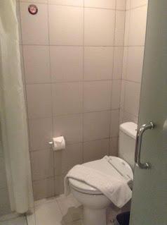review--toilet-kamar-Hotel-Zuri-Express-Palembang