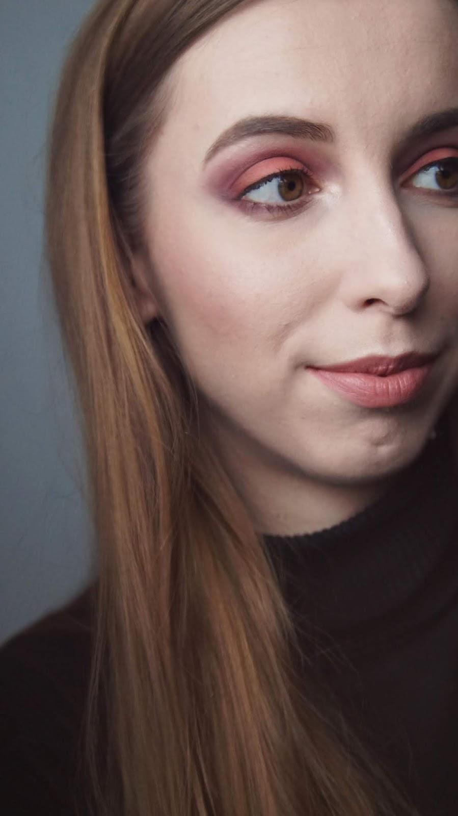 Sweet Peach Too Faced w akcji - makijaż z użyciem różu i fioletu
