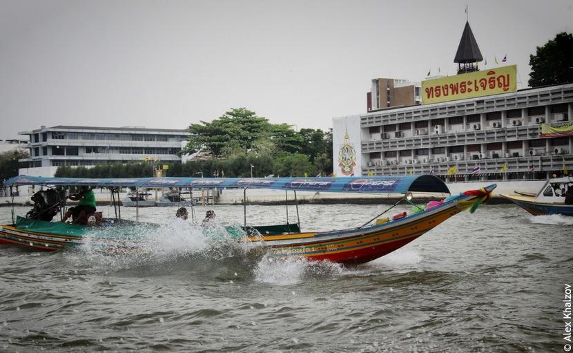 Лодка рассекает водную гладь