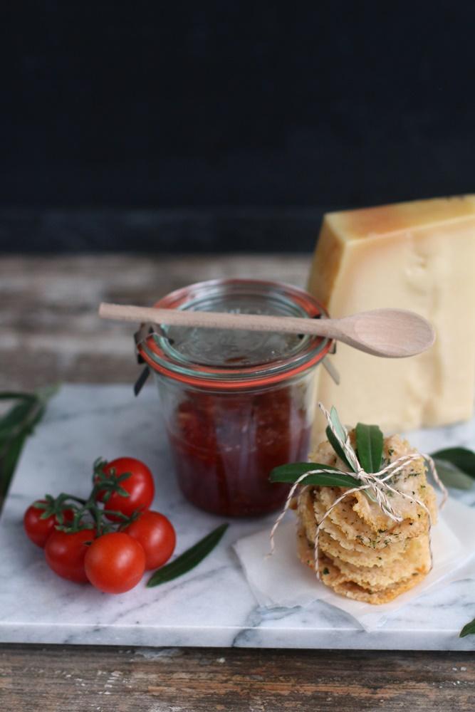 Würziges Tomatenchutney parmesancracker