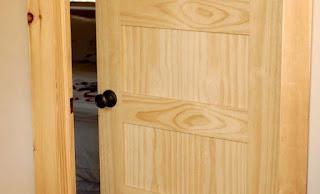 Cánh cửa làm từ gỗ Thông ghép thanh