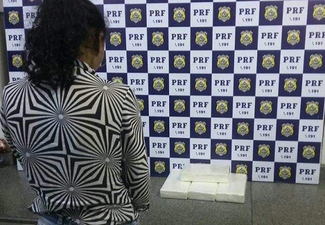 Mulher é presa em ônibus levando 4kg de cocaína na companhia da filha de 3 anos