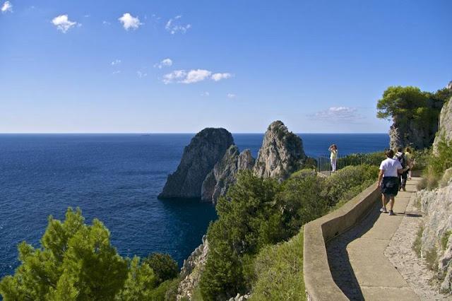 Pessoas fazendo a Trilha Pizzolungo em Capri