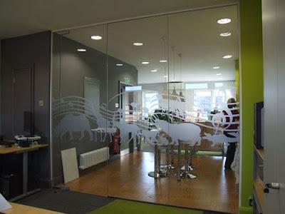 Cửa kính cường lực bản lề sàn cho văn phòng công ty