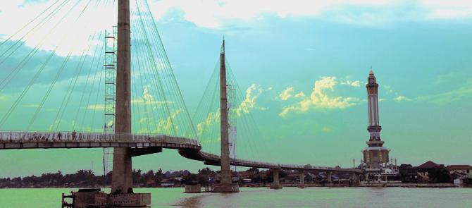 Jembatan Pedestrian dan Menara Gentala Arasy Malam Hari