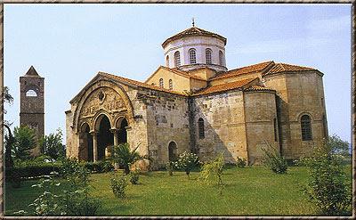 Ο ναός και ο πύργος του συγκροτήματος της Αγίας Σοφίας Τραπεζούντας.