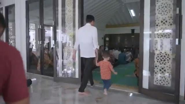 Netizen: Akan Lebih Sempurna jika Pak Jokowi Masuk Masjid dengan Kaki Kanan