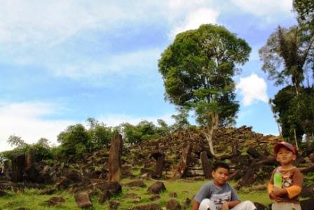 Anak-anak nampak senang di Situs Gunung Padang.