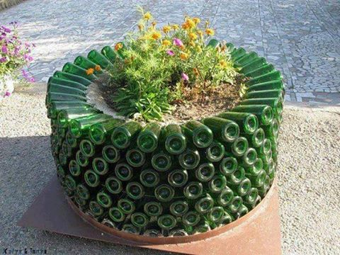 Botellas de vidrio idea para reciclar en el jardín