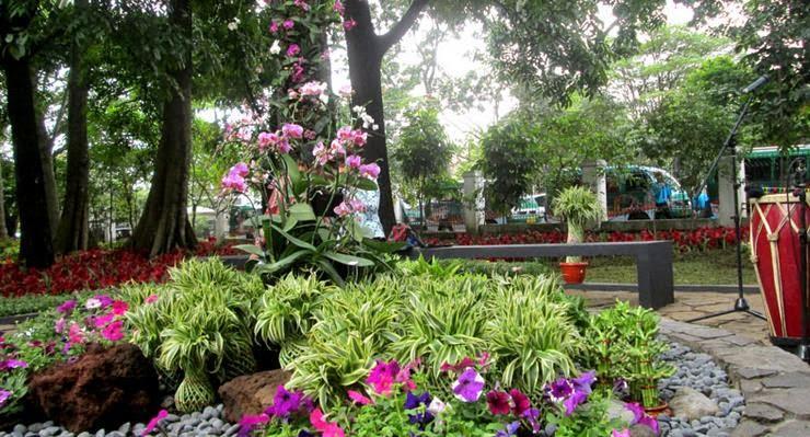 Taman Pustaka Bunga Cilaki dekat pusat pemerintahan Provinsi Jawa Barat yakni Gedung Sate yang ada di Jalan Diponegoro