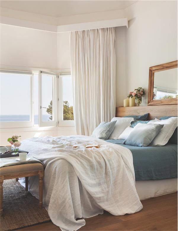 dormitorio con textiles de lino rustico en tonos mediterraneos chicanddeco