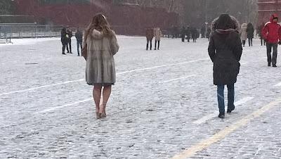 Красная площадь, февраль, девушка в босоножках