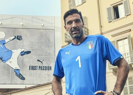 Buffon Pamerkan Jersey Timnas Italia untuk Piala Dunia 2018