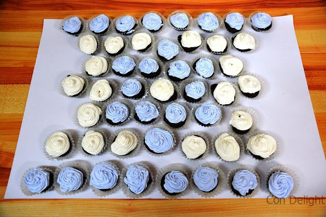 דגל ישראל עם עוגות אישיות וקצפת Israeli flag with cream and mini cakes