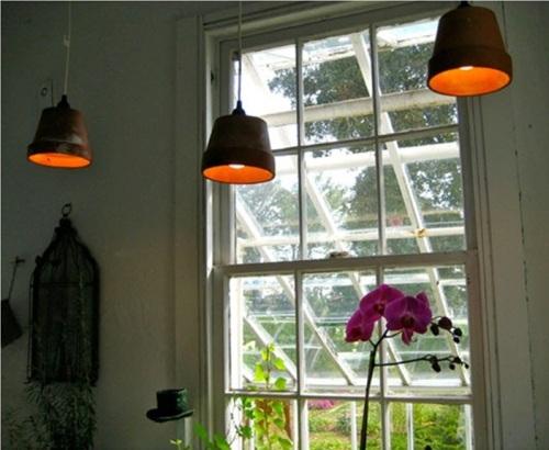 Manfaatkan pot terakota sebagai kap lampu gantung