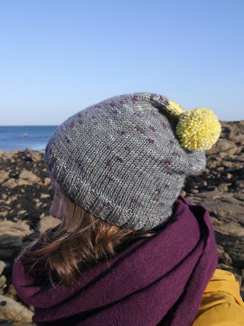 bonnet tricoté main avec rayures discrètes grises