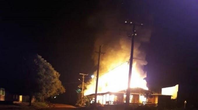 Bar é destruído por incêndio no Setor Industrial em Novo Progresso.