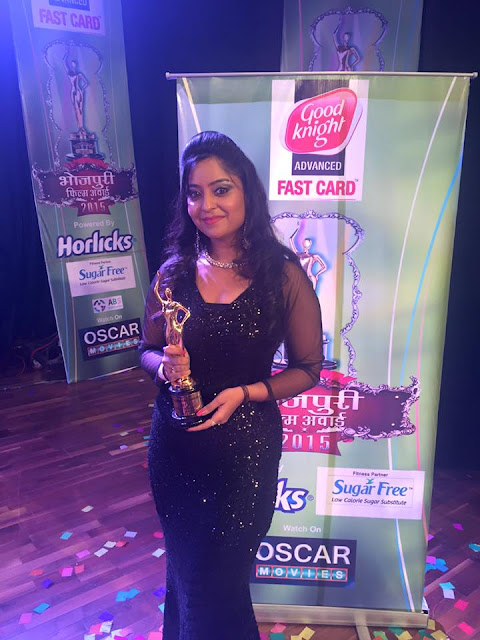 Subhi Sharma with Trophy at Bhojpuri Film Awards 2015