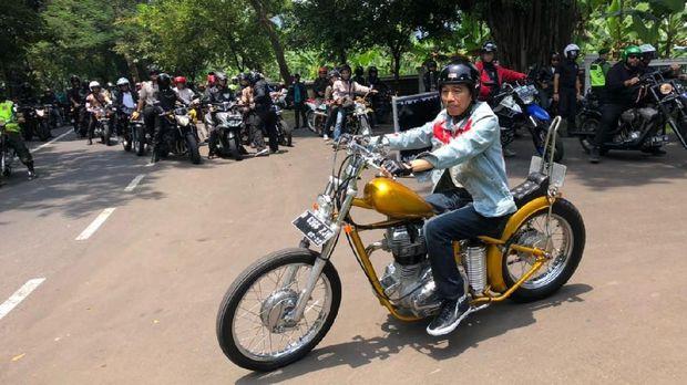 Presiden Jokowi menunggangi motor choper rakitan.
