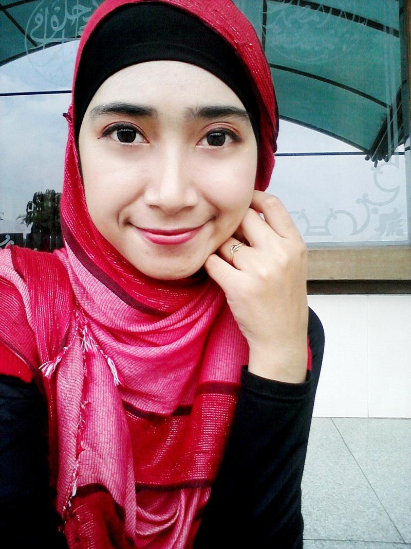 Siapa cewek cantik artis FTV yang suka pakai Kudung merah model hijab mahsiswi UNS UNY Semarang