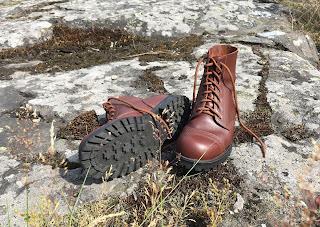 Nilkkavarsikengät kalliolla lankattuna