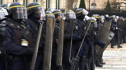 Béremelést ad Macron, a tüntetőket szétverő, vízágyúzó francia rendőröknek