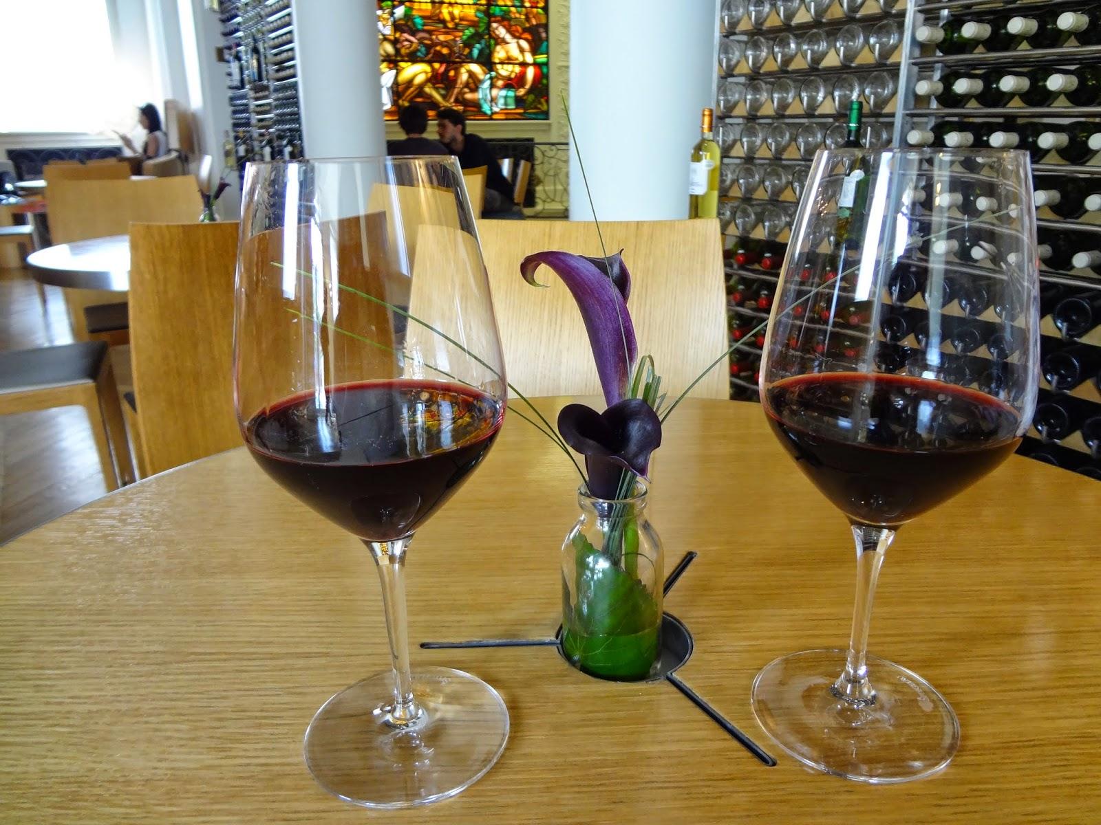 "Dos copas de vino en ""Bar à Vin"""