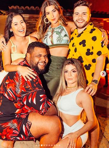 Festa de famosa teve sexo a três entre blogueiras