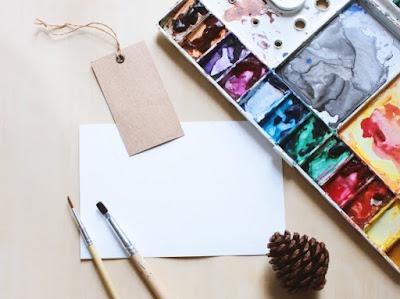 pallette-de-peinture-avec-pinceaux-a-peindre