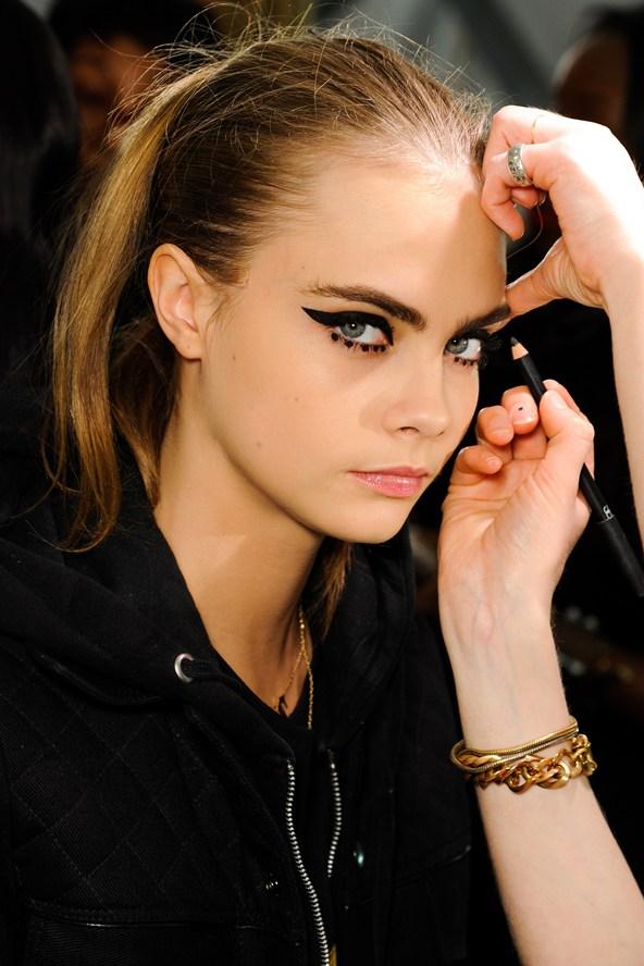 Beleza e maquiagem da Paris Fashion Week. Cara Delevingne no desfile da Anna Sui