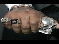 puño con anillos masónicos