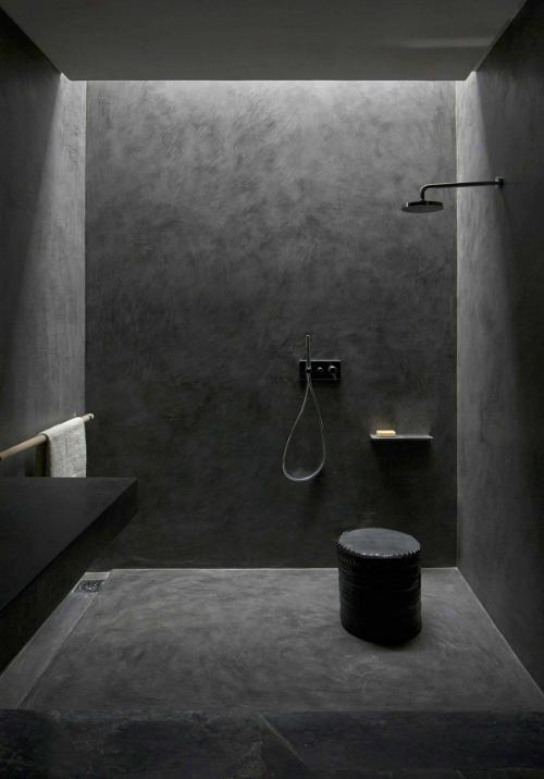 In diesem schönen Bad sind Wände und Fussboden, die Armaturen und Möbel in Schwarz