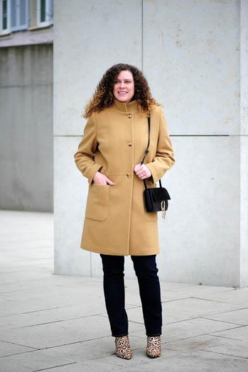 https://seaofteal.blogspot.com/2018/01/camel-coat-diy-capsule-wardrobe-burda.html